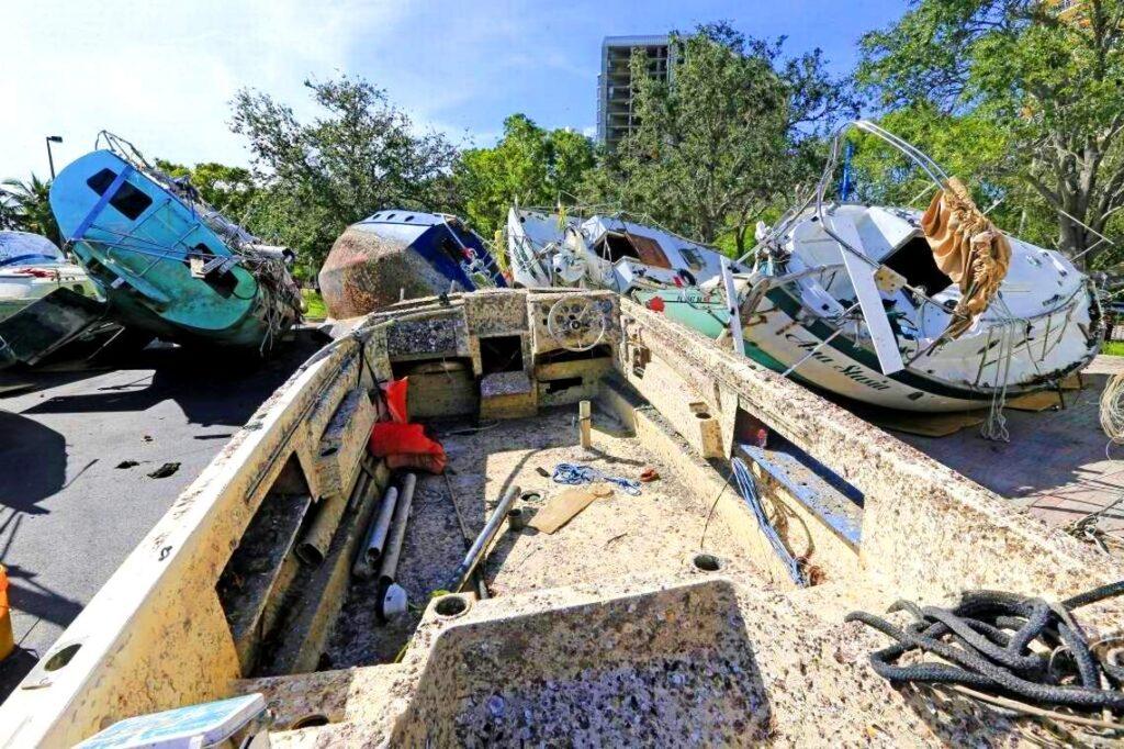 vecchie barche in vetroresina abbandonate